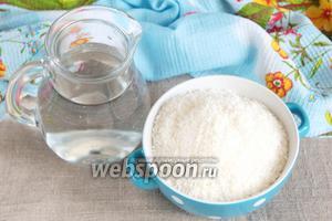 Для приготовления кокосового молока нам потребуется кокосовая стружка и вода питьевая.