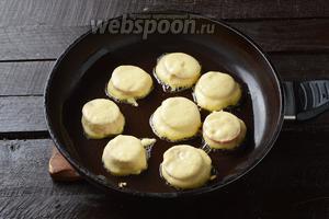 Выложить колбасу в кляре на разогретую сковороду с подсолнечным маслом. Обжарить с обеих сторон по 2-3 минуты (до румяной корочки). Обжаривайте на среднем огне под крышкой.