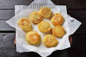 Готовую закуску выложить на бумажные салфетки для того, чтобы они впитали лишний жир.