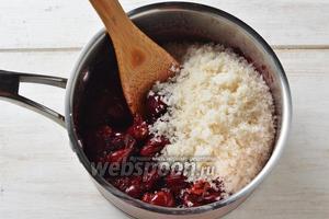 Ягоды переложить обратно в кастрюлю и добавить остальной сахар (300 грамм).