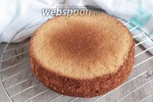 Готовый бисквит вынуть из формы и остудить на решётке. Пока остывают крем и бисквит, приготовить сироп для пропитки коржей.