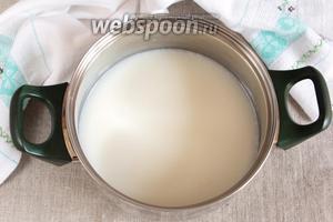 Для крема в 500 мл молока растворить 4 ст. л. сахара и довести до кипения. После закипания убавить огонь.