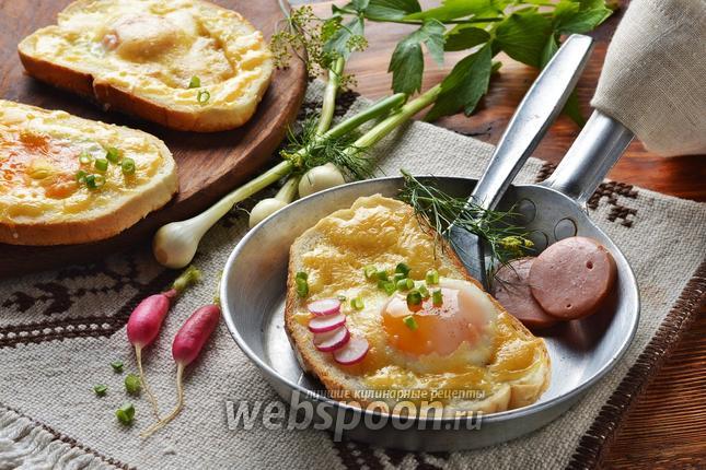 Фото Яичница в хлебе на сковороде с колбасой и сыром