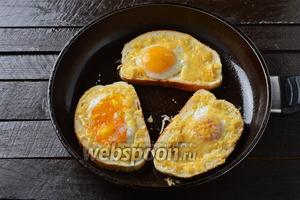 Посыпать сверху натёртым твёрдым сыром, приправить солью и чёрным молотым перцем. Готовить 1 минуту, чтобы сыр расплавился.
