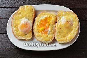 Яичница в хлебе готова.