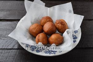 Выложить горячие пончики на бумажные салфетки, чтобы они вобрали лишний жир.