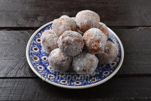 Тёплые пончики обкатать в сахарной пудре. Банановые пончики готовы к подаче.