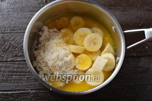 Соединить нарезанные бананы 1,5 шт., сахар 50 г и растопленное (но охлаждённое) сливочное масло 40 г.