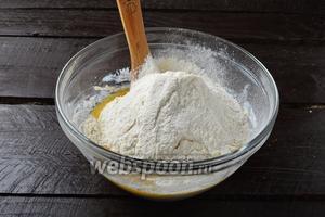 Соединить набухшую манку, взбитые яйца, просеянную с разрыхлителем (1,5 ч. л.) муку (150 г), растопленное и охлаждённое сливочное масло (100 г). Тщательно перемешать.