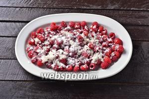 Соединить сухие чистые ягоды с картофельным крахмалом 1 ст. л. и сахаром 2 ст. л. Аккуратно перемешать.