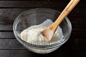 Соединить в миске 250 мл кефира, соль 0,5 ч. л. и мучную смесь.