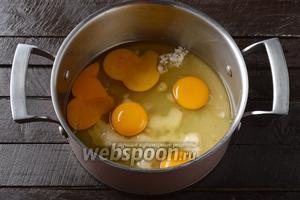 5 яиц соединить с сахаром 140 г, 1 щепоткой соли и ванильным сахаром 20 г.