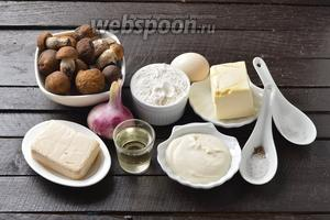 Для работы нам понадобится лук, лесные грибы, мука, яйца, подсолнечное масло, сливочное масло, плавленый сыр, сметана, соль, чёрный молотый перец, сода.