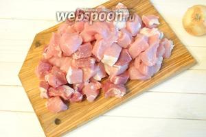 Мясо (500 г) порезать кубиком.
