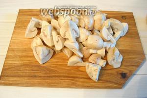 Шампиньоны (300 г) порезать на четвертинки, 2 луковицы порезать полукольцами.
