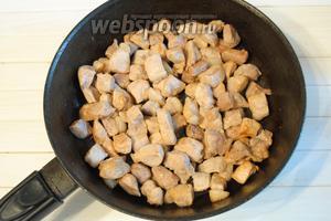 На сковороде разогреть подсолнечное масло (40 мл), выложить нарезанное мясо и обжарить до золотистости на среднем огне.