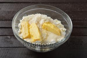 600 г творога соединить с мягким сливочным маслом 100 г, сметаной 100 г и сахаром 4 ст. л.
