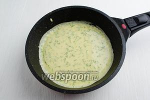 На слегка смазанную подсолнечным маслом раскалённую сковороду налить небольшое количество теста. Распределить его равномерно по всей сковороде.