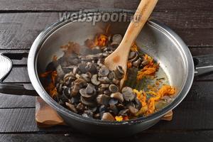 Добавить очищенные, нарезанные небольшими кусочками и отваренные до готовности лесные грибы (350 г). Жарить, помешивая, 4-5 минут.