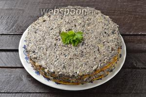 Верх торта также оформить грибной массой. Кабачковый торт с грибами готов.