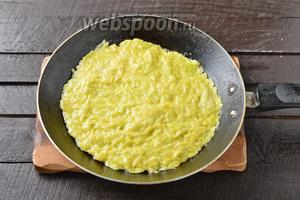 На сковороде с 2 ст. л. разогретого подсолнечного масла (диаметр сковороды 18-20 сантиметров) приготовить 3 кабачковых коржа, обжаривая их с обеих сторон до готовности.