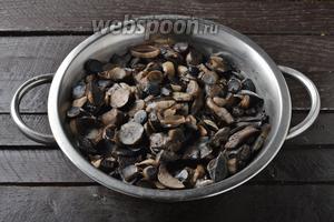 Перейдём к приготовлению начинки. Для этого грибы (у меня подберёзовики) почистить, нарезать небольшими кусочками и отварить до готовности. Отвар слить.