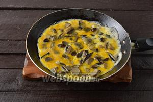 Из каждой части, на сковороде с подсолнечным маслом (2 ст. л.), приготовить корж, обжаривая его с обеих сторон до готовности.