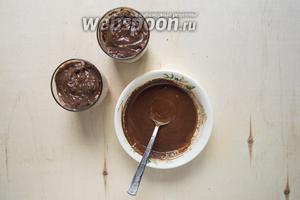 Растопить шоколад (50 г) и смешать с молоком (50 мл) до однородности.