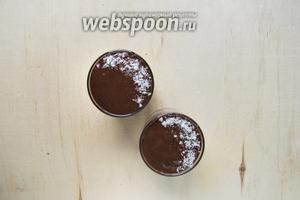 Залить ганашем пудинг до верха стакана, украсить по вкусу и дать постоять в холодильнике 15-20 минут. Пудинг готов!