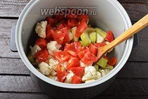 Помидоры 120 г очистить от кожицы и нарезать небольшими кусочками. Выложить помидоры в чашу к остальным овощам. Добавить нарезанный на небольшие кусочки очищенный чеснок (1 зубчик), соль (0,75 ч. л.). Перемешать.