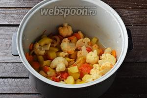 Закрыть крышку мультиварки и готовить 35 минут. В конце ещё раз выровнять блюдо на соль, приправить чёрным молотым перцем (0,1 ч. л.).