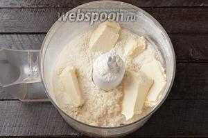 В чаше кухонного комбайна (насадка металлический нож) соединить сахар 100 г, муку 220 г, соду 0,5 ч. л., уксус 1 ч. л., нарезанное кусочками холодное сливочное масло.