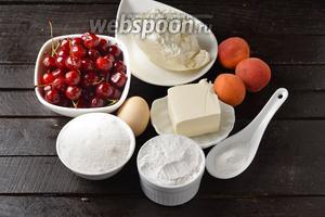 Для работы нам понадобится свежая вишня, свежие абрикосы, мука, разрыхлитель, сахар, ванильный сахар, яйца, творог, сливочное масло.