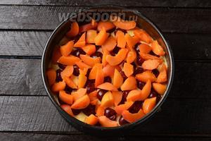 Выложить творожную массу на крошку. Сверху разложить очищенные от косточек вишни (150 г) и кусочки абрикос (150 г).