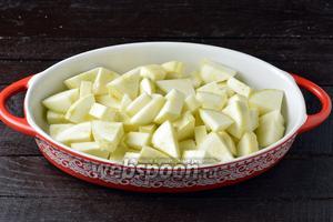 Кабачки 700 г промыть, обрезать концы. Нарезать небольшими кусочками. Если кабачки старые, то надо предварительно очистить их от кожицы и удалить семена. Сложить кабачки в жаропрочную форму, приправить солью 1 ч. л. и отправить в предварительно разогретую до 200°С духовку на 25 минут.