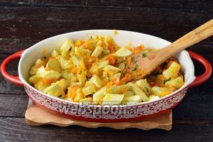 Соединить подготовленные кабачки и другие овощи. Перемешать. Отправить в духовку ещё на 15 минут.