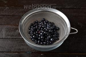 Ягоды черники (350 г) перебрать. Удалить повреждённые ягоды, листья, хвостики. Промыть под проточной водой и просушить, разложив ягоды на разделочной доске или подносе в один слой.