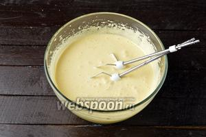 3 яйца соединить с сахаром (200 г) и взбить в пышную светлую массу (10 минут работы миксера). Добавить 220 г сметаны и 80 мл подсолнечного масла. Тщательно вручную перемешать.