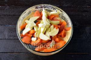 Яблоки (100 г) очистить от кожицы, удалить семенное гнездо. У абрикос (300 г) удалить косточку. Нарезать яблоки и абрикосы дольками. Вмешать в тесто 4 ст. л. мака, все яблоки и половину абрикос.