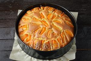Готовить пирог в предварительно разогретой до 180°С духовке до готовности (до сухой лучинки), приблизительно 50 минут.