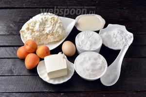 Для работы нам понадобятся абрикосы, творог, яйца, сахар, ванильный сахар, мука, разрыхлитель, соль, картофельный крахмал, сметана, специи для пряников, масло сливочное.