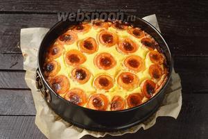Выпекать в предварительно разогретой до 180°С духовке 45-50 минут. Пирог с творогом и абрикосами готов.