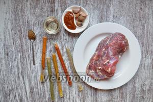 Подготовим продукты для пастромы. Обсушенное мясо, которое вымачивалось в рассоле, чеснок, аджику, хрен, приправы по вкусу, масло растительное.
