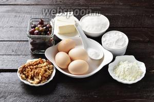 Для работы нам понадобятся яйца, крыжовник, сахар, мука, грецкие орехи, сливочное масло, разрыхлитель, порошок ванильного пудинга.