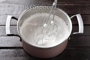 3 белка взбить с сахаром (150 г) в плотную стойкую пену.