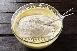 Добавить просеянную с содой (0,5 ч. л.) муку 1 стакан.