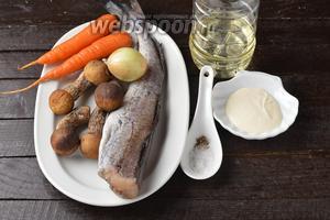 Для работы нам понадобится минтай, лук, морковь, лесные грибы, соль, чёрный молотый перец, сливки, подсолнечное масло.