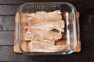 Приправить с двух сторон солью (0,2 ч. л.) и 1 щепоткой чёрного молотого перца. Накрыть пищевой плёнкой и отправить в холодильник на 30 минут.