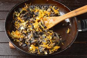 Добавить почищенные, порезанные и отваренные до готовности лесные грибы 350 г. Готовить, помешивая, 3-4 минуты.