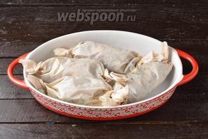 Выложить «конфетки» в жаропрочную форму и отправить в предварительно разогретую до 190°C духовку на 30 минут.